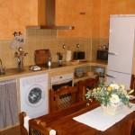 Cocina con lavadora, lavavajillas, nevera ...