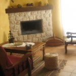 Salón con chimenea y televisión