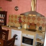 Cocina completa con vajilla integrada con el salón