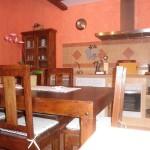 Salón con cocina completamente amueblada