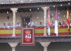 Saludo del Alcalde desde el balcón del Ayuntamiento en las Fiestas de San Agustín en Fuentelencina